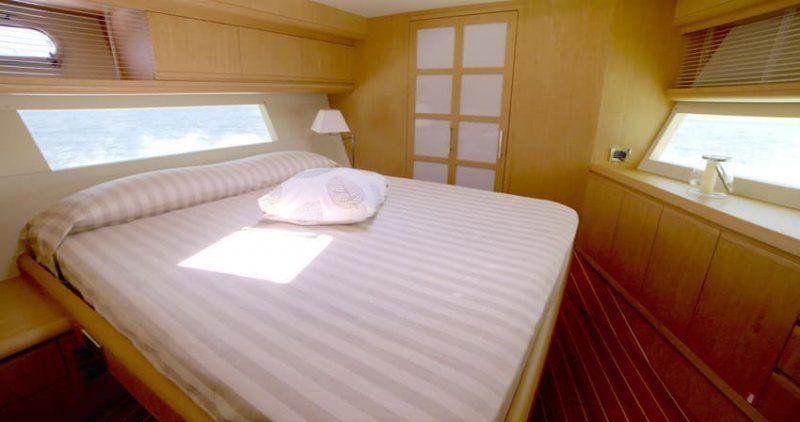 Cantieri Estensi lancia 535 Maine, il trawler per tutta la famiglia classico ma innovativo_interno letto_MilanoPlatinum