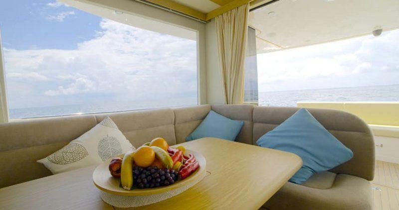Cantieri Estensi lancia 535 Maine, il trawler per tutta la famiglia classico ma innovativo_divano_MilanoPlatinum