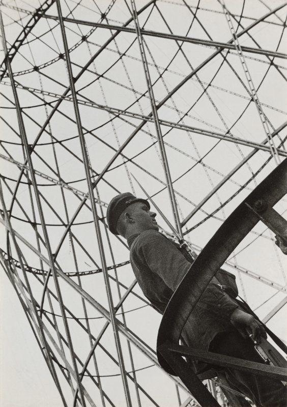 Aleksandr Rodčenko in mostra al LAC.foto_Rodchenko, Guard near Shukhov Tower, 1929_MilanoPlatinum