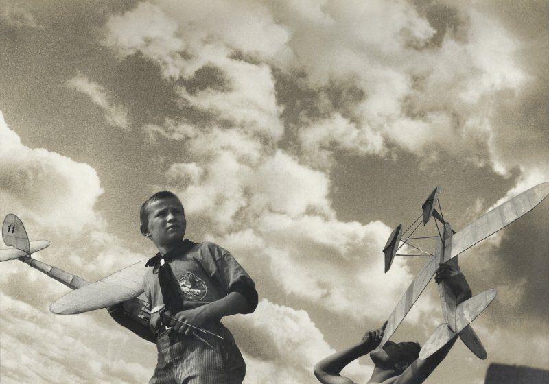 Aleksandr Rodčenko in mostra al LAC_foto_Rodchenko-Stepanowa, Young Gliders, 1933_MilanoPlatinum