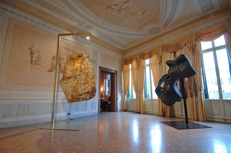 Salotto_Masque-de-gorille-bois-polychrome_Quentin-Garel-Monumental-Hive-2008_Judi-Harvest_2
