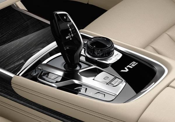 La nuova BMW M760Li xDrive_cambio_MilanoPlatinum