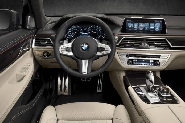 La nuova BMW M760Li xDrive_volante_MilanoPlatinum