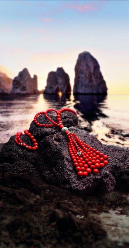 Il sole di Capri nei gioielli Chantecler.fotoSautoir Cherie corallo_MilanoPlatinum-faraglioni