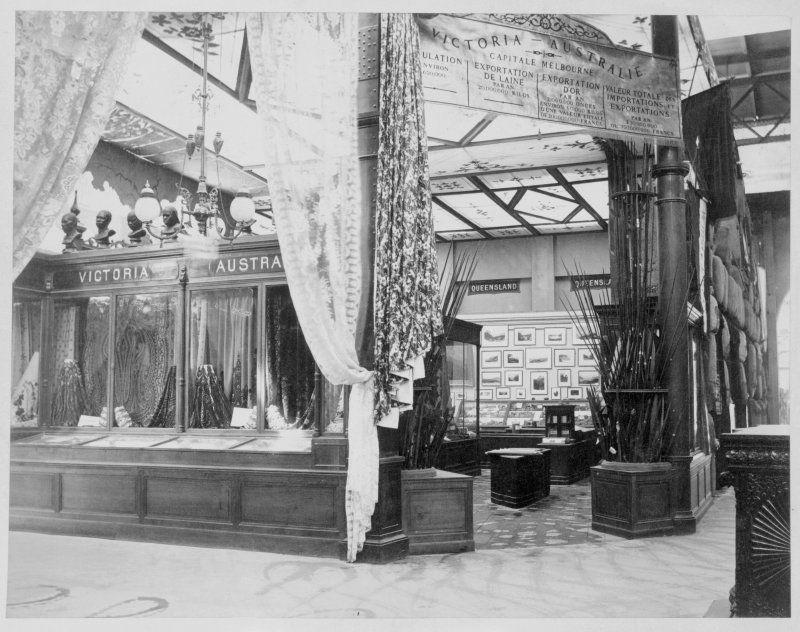 Expo 1867 Parigi - Entrata alla Corte Vittoriana - Auguste-Rosalie Bisson [Public domain], via Wikimedia Commons