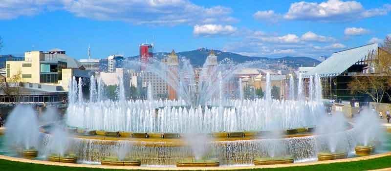 La_font_de_Montjuïc_amb_Collserola_al_fons_By-jordi-domènech-[CC-BY-SA-3.0],-via-Wikimedia-Commons