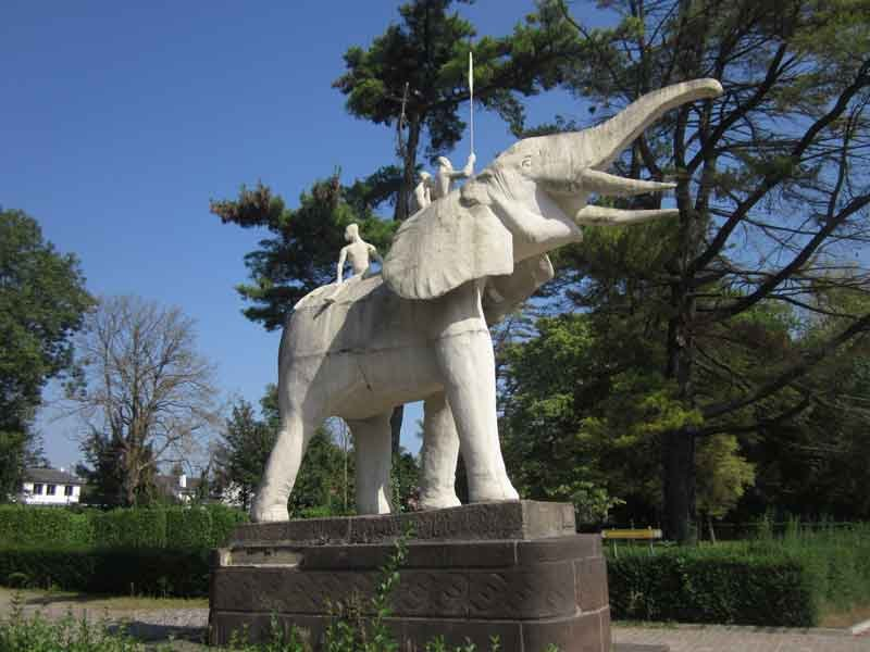Tervuren_-_'Statue_of_an_African_Elephant'_by_Albéric_Collin_(right)_