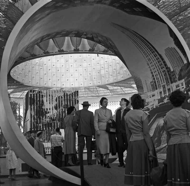 Expo58_building_USA_inside_By-Wouter-Hagens-(Own-work)-[GFDL-or-CC-BY-SA-3.0],-via-Wikimedia-Commons