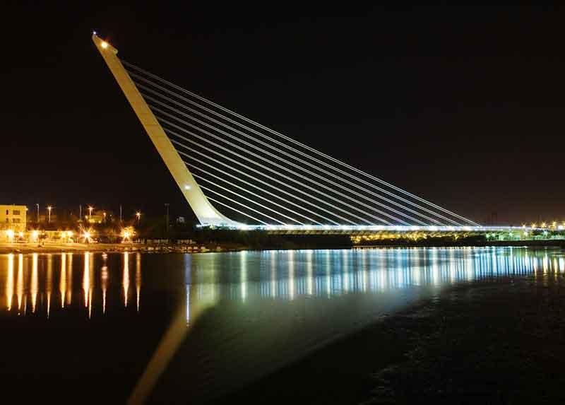 SIVIGLIA-1992-Calatrava_Puente_del_Alamillo_Seville_Di-Andrew-Dunn-(Opera-propria)-[CC-BY-SA-2.0],-attraverso-Wikimedia-Commons