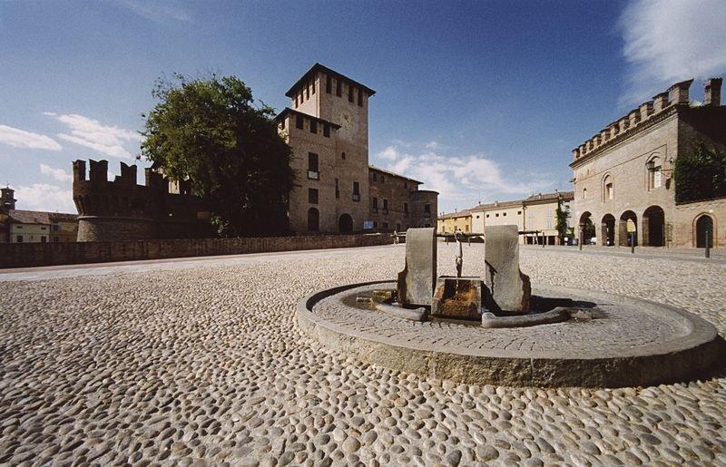 Fontanellato-piazza-e-fontana_foto-di-Gino-DellAmico