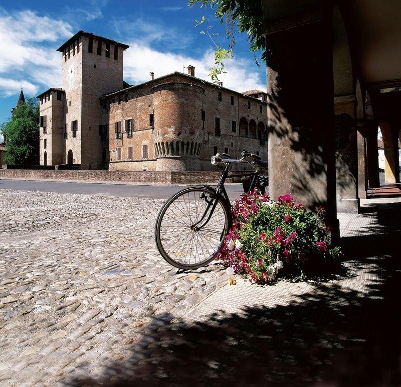 Fontanellato_Rocca-Sanvitale-e-portici_foto-di-Gino-DellAmico