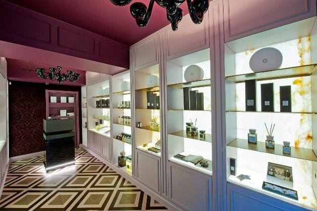Un viaggio sensoriale all'interno della nuova boutique di Locherber Milano_vetrina_MilanoPlatinum