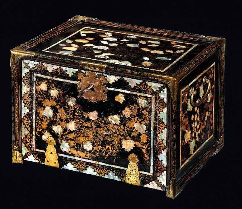 Manifattura giapponese Cofano da viaggio in stile Nanban Periodo Momoyama (1573-1603) Legno laccato di nero, decorato con dorature e ornamentazioni in madreperla Collezione Koelliker [LKNI0010]