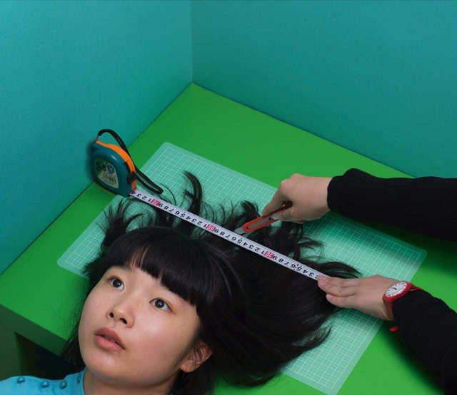 Fondazione Prada inaugura Osservatorio in Galleria Vittorio Emanuele II_zumi Miyazaki Hair cut, 2016 © Izumi Miyazaki_MilanoPlatinum