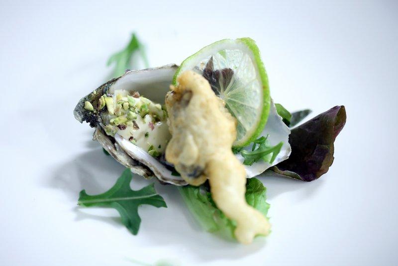 ostrica-Ame_lie-in-tempura-con-maione-se-al-lime-e-polvere-di-pistacchio