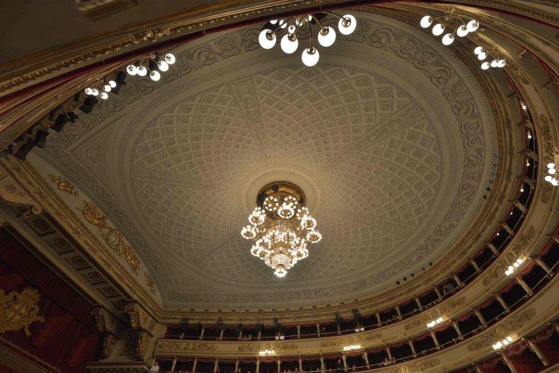 Teatro_alla_Scala_soffitto_e_lampadario