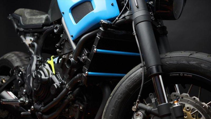 Moto Custom 'OTOKOMAE' by ADHOC, Yard Built su base Yamaha XSR 700_dettaglio anteriore_MilanoPlatinum