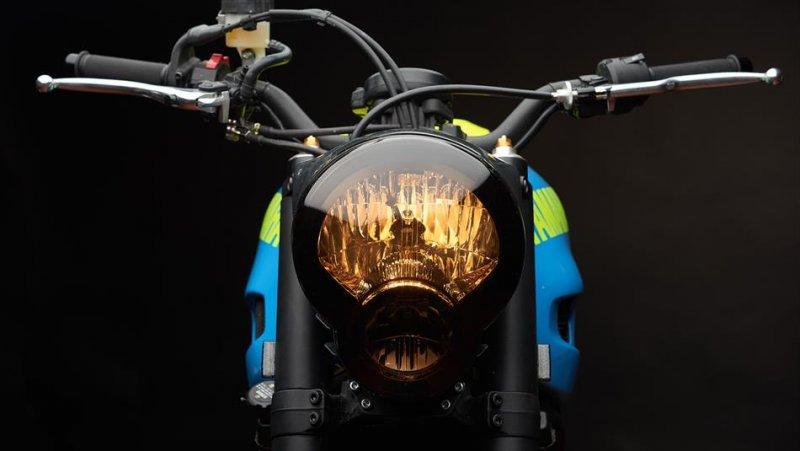 Moto Custom 'OTOKOMAE' by ADHOC, Yard Built su base Yamaha XSR 700_dettaglio fanale_MilanoPlatinum