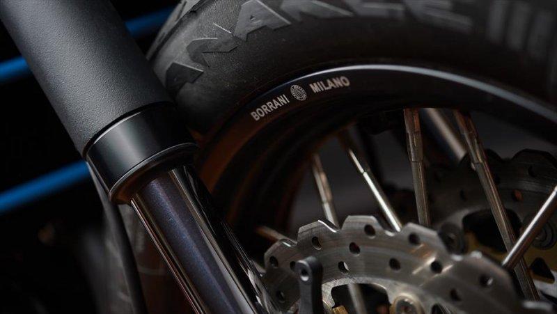Moto Custom 'OTOKOMAE' by ADHOC, Yard Built su base Yamaha XSR 700_dettaglio forcella_MilanoPlatinum