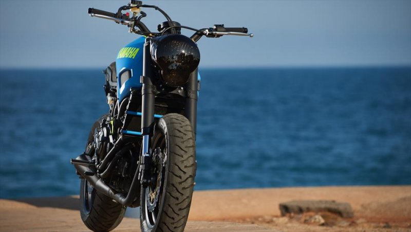 Moto Custom 'OTOKOMAE' by ADHOC, Yard Built su base Yamaha XSR 700_frontale_MilanoPlatinum