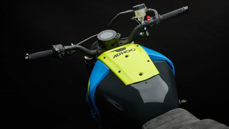 Moto Custom 'OTOKOMAE' by ADHOC, Yard Built su base Yamaha XSR 700_serbatoio_MilanoPlatinum