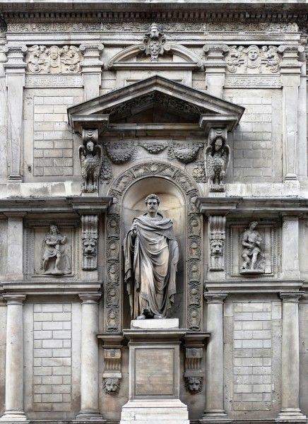 La statua nella nicchia del Palazzo dei Giureconsulti - foto di Giuseppe Preianò