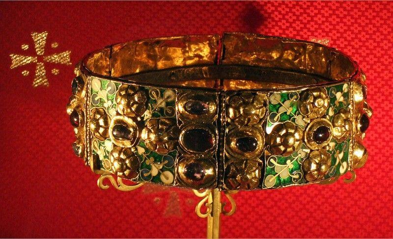 La corona ferrea, museo e tesoro del Duomo di Monza [Public domain], via Wikimedia Commons)