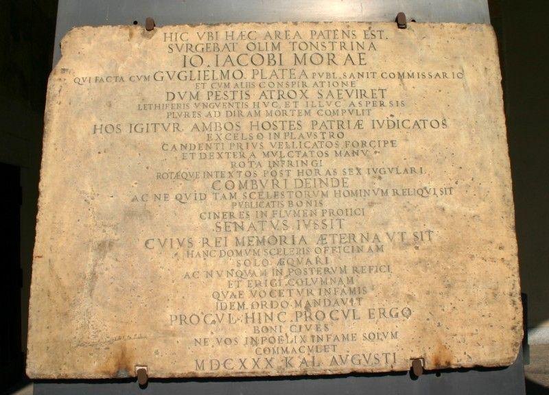 Lapide che sorgeva di fronte alla Colonna infame, costruita durante la peste del 1630 e distrutta nel 1778. [Public domain, via Wikimedia Commons]