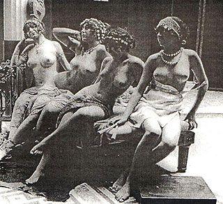 Prostitute ritratte in una foto dei primi del Novecento [Public domain, via Wikimedia Commons]