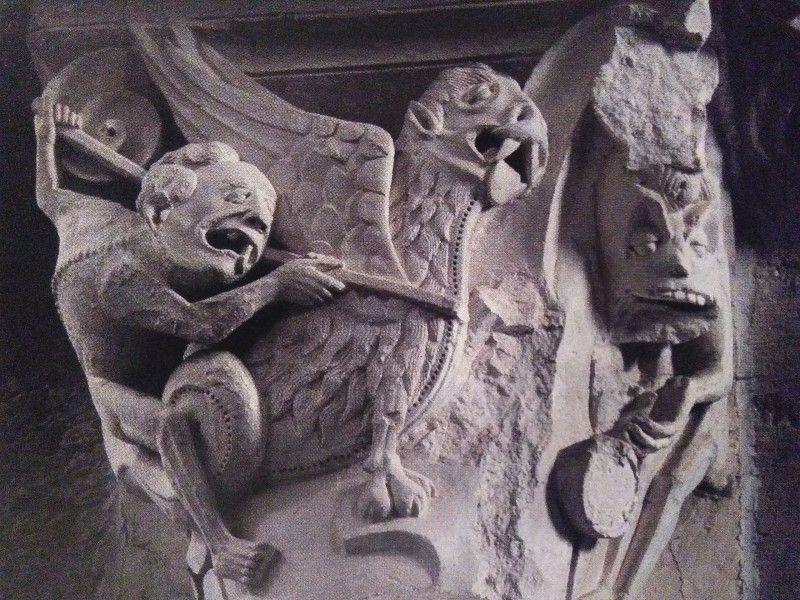 Abbazia di Sainte-Madeleine, capitello 107, Lotta fra due diavoli, 1120-50, Vézelay