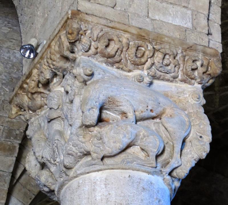 Abbazia di sant'antimo, capitello con daniele nella fossa dei leoni del maestro di cabestany - Public Domain