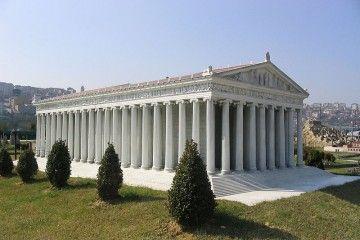 Artemide a Efeso - Ricostruzione dell'Artemisio di Efeso - Zee Prime at cs.wikipedia [GFDL, CC-BY-SA-3.0 or CC BY-SA 2.5 ], from Wikimedia Commons