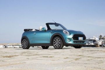 Nuova MINI Cabrio Stay Open_porto-ercole_blue_MilanoPlatinum