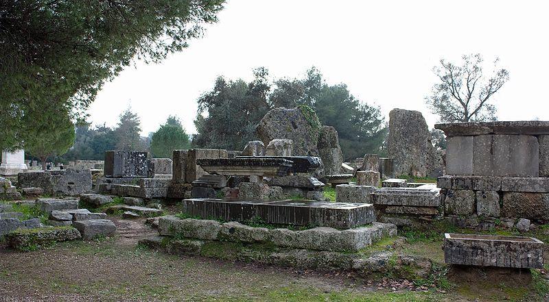Olympia ruins near the Temple of Zeus - Di Wknight94 talk (Opera propria) [GFDL o CC BY-SA 3.0], attraverso Wikimedia Commons