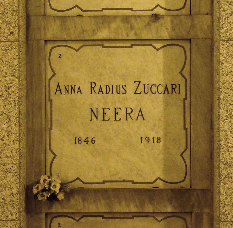 Tomba di Neera al Cimitero Monumentale di Milano (public domain, via Wikimedia Commons)