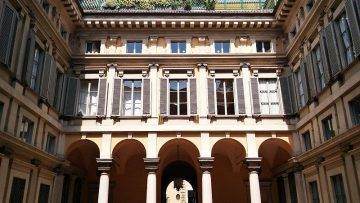 Palazzo Annoni (cortile) - By Melancholia~itwiki (Own work) [CC BY-SA 4.0], via Wikimedia Commons