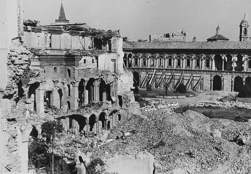 Il cortile dell'Ospedale Maggiore (Ca' Granda) dopo i bombardamenti del 1943. Oggi l'edificio del Filarete ospita L'Università degli Studi di Milano (public domain, via Wikimedia Commons).