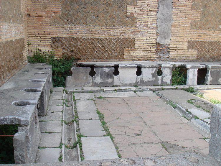 Latrine di Roma antica . Ostia_antica_-_Vespasiano - Stefano Bolognini, Wikimedia Commons [CC BY 3.0)], attraverso Wikimedia Commons