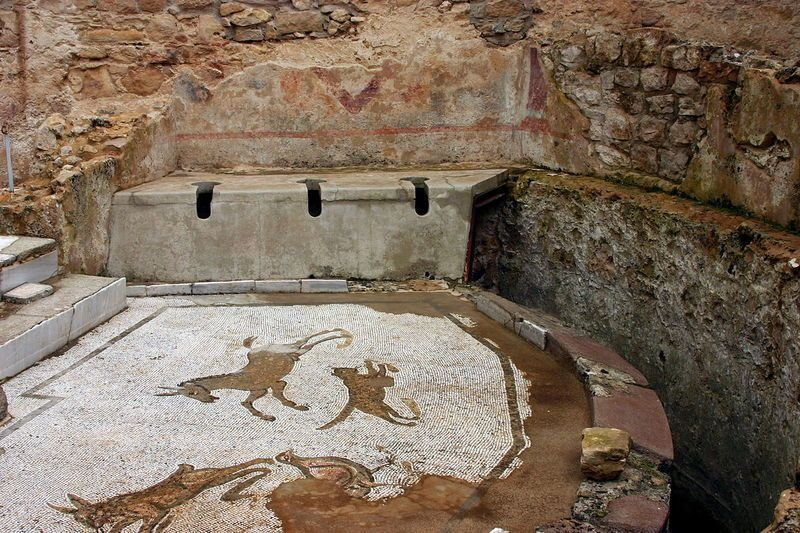 Small_latrine_-_Polygonal_court_-_Villa_Romana_del_Casale - © José Luiz Bernardes Ribeiro, attraverso Wikimedia Commons