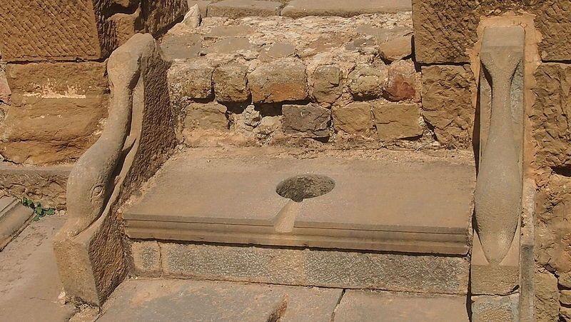 Toilettes_publique_de_Timgad - Di Zinou2go (Opera propria) [CC BY-SA 3.0], attraverso Wikimedia Commons