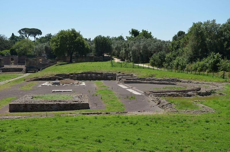 The Antinoeion - Di Carole Raddato from FRANKFURT, Germany (The Antinoeion, Hadrian's Villa) [CC BY-SA 2.0], attraverso Wikimedia Commons