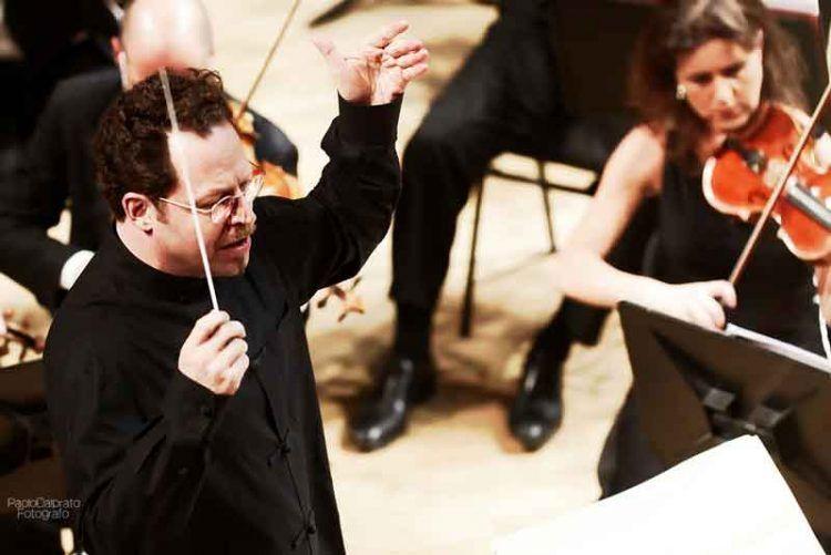 il-M°-Axelrod-dirige-laVerdi-con-Kolly-d'Alba-e-la-Tomelleri-Jazz-Band-19-dicembre-2015dirige-laVerdi---foto-Paolo-Dalprato