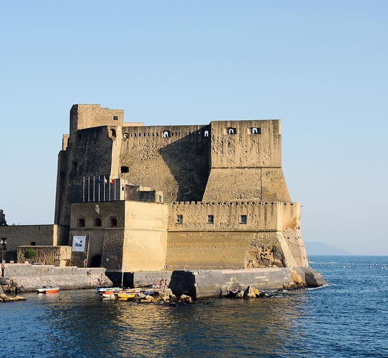 Castel_dell'Ovo_(Naples) - Di Livioandronico2013 (Opera propria) [CC BY-SA 4.0], attraverso Wikimedia Commons