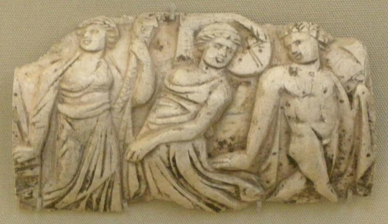 Arte romana dall'egitto (Fayum), Placchetta d'osso con baccanale di due menadi e un satiro, II-III sec. - Public Domain via Wikipedia Commons