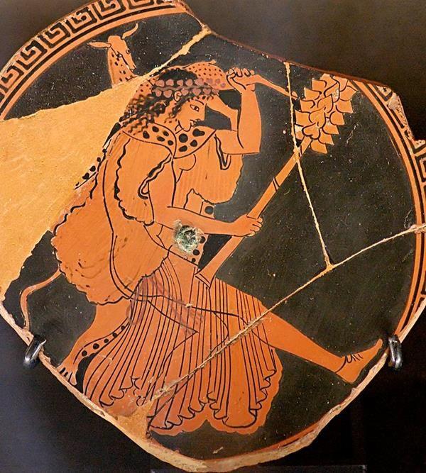 Baccante col caratteristico tirso ed un animale in spalla. Cratere attico a figure rosse, 480 a.C. circa - Public Domain via Wikipedia Commons