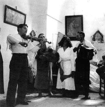 Luigi Stifani, Salvatora Marzo, Pasquale Zizzani, durante l'esorcismo di una tarantata - Public Domain via Wikipedia Commons