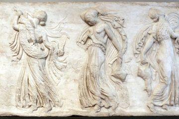 Rilievo con menadi danzanti, rielaboraz. neoattica da modelli di kallimachos, 420-400 a.C. ca., Museo Barracco - Public Domain via Wikipedia Commons