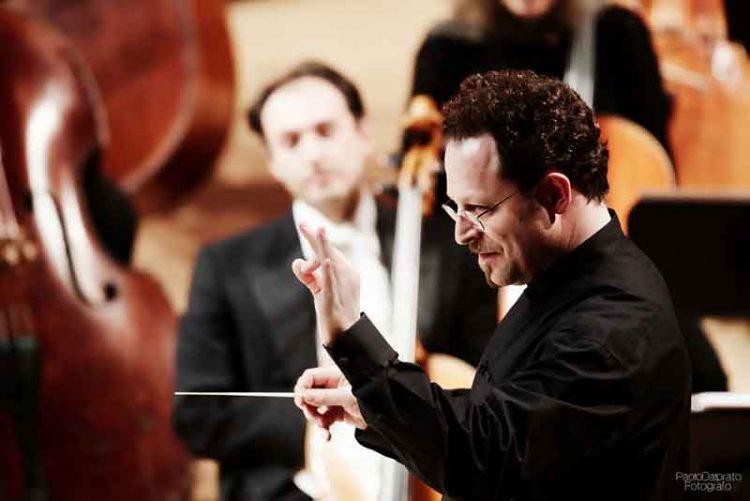 John-Axelrod-dirige-laVerdi-con-Kolly-d'Alba-e-la-Tomelleri-Jazz-Band---foto-Paolo-Dalprato
