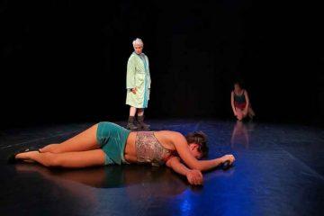 Il contouring perfetto_DOMESTICALCHIMIA_Teatro OUT OFF_foto-di-Ehsan-Mehrbakhsh