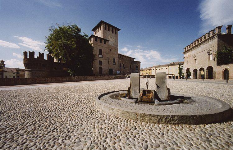 Fontanellato piazza e fontana_foto di Gino Dell'Amico